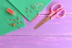 Geparelde steek voor het mooie scherpen op gevoelde ambachtprojecten Hoe prachtig een rand van stoffenproduct verfraai Stock Fotografie