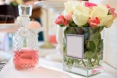Geparfumeerd rozewater in een fles op houten lijst Selectieve nadruk royalty-vrije stock foto's