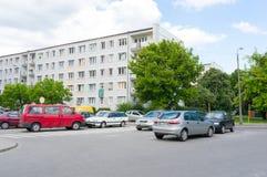 Geparkeerd auto'sflatgebouw Stock Foto's