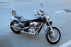 Geparkeerd in de straat glanzende motorfiets stock fotografie