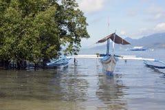 Geparkeerd die vissersboot op overzeese baai wordt verankerd stock afbeelding