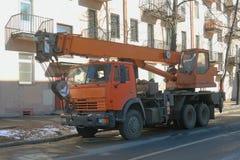 Geparkeerd op de vrachtwagenkraan van de stadsstraat stock afbeeldingen