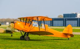 Geparkeerd oranje stuntvliegtuig bij de luchthaven, het acrobatische vliegen en de extreme hobbys royalty-vrije stock afbeeldingen