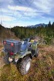 Geparkeerde ATV het overzien van bos Stock Afbeeldingen