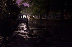 Geparkeerde auto bij nachtstad onder regen royalty-vrije stock fotografie