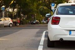 Geparkeerde auto in de stad 3d geef terug Stock Afbeelding