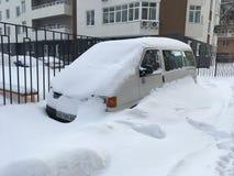 Geparkeerde auto na sneeuwstorm in Kyiv, de Oekraïne op 4 Maart, 2018 Stock Foto's