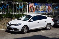 Geparkeerde auto op de kant van de weg van de stadsweg Renault Fluence stock foto's