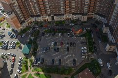 Geparkeerde auto's in de binnenplaats van een flatgebouw in een nieuw district van St. Petersburg Mening van hierboven stock fotografie