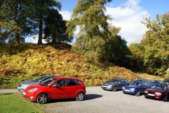 Geparkeerde auto's Het parkeerterrein van het Powiskasteel in Engeland Stock Fotografie
