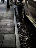 Geparkeerde auto's in overstroomde straat royalty-vrije stock fotografie