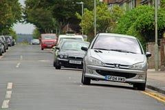 Geparkeerde auto's in weg Royalty-vrije Stock Foto's