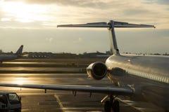Geparkeerde commerciële vliegtuigen Stock Foto