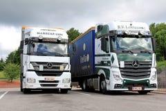 Geparkeerde de Vrachtwagens van Mercedes Benz Axor en Actros- Royalty-vrije Stock Foto's