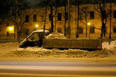 Geparkeerde die auto op de kant van de weg door sneeuw wordt geveegd royalty-vrije stock foto's