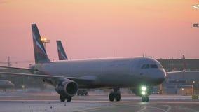 Geparkeerde en taxi?ende vliegtuigen bij Sheremetyevo Luchthaven in Moskou De mening van de avondwinter stock footage
