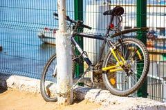 Geparkeerde fiets op dijk Stock Afbeelding