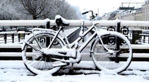Geparkeerde fiets op een de winterdag in de stad royalty-vrije stock afbeelding