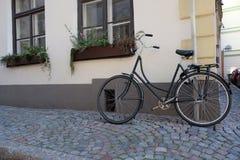 Geparkeerde fiets in smalle straat Stock Afbeelding