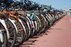 Geparkeerde fietsen Stock Foto
