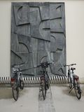 Geparkeerde fietsen en muurschildering Stock Fotografie