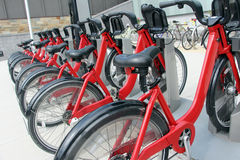Geparkeerde fietsen voor huur royalty-vrije stock fotografie