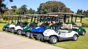 Geparkeerde golfkarren het wachten op spelers stock afbeeldingen