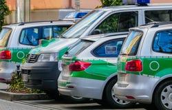 Geparkeerde Groene Politiewagens Duitsland royalty-vrije stock fotografie