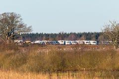 Geparkeerde kampeerauto's bij een vogelmeer royalty-vrije stock fotografie
