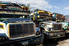 geparkeerde kippenbussen in Guatemala Royalty-vrije Stock Foto's