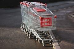Geparkeerde metaalboodschappenwagentjes stock afbeelding