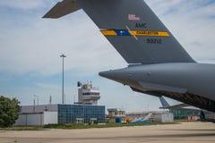 Geparkeerde militaire ladingsvliegtuigen royalty-vrije stock foto's