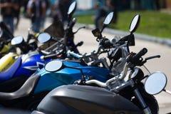 Geparkeerde motorfietsen in de straat stock foto's