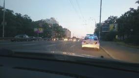 Geparkeerde politiewagen met blauwe daklichten die, noodsituatie, stadsverkeersongeval tollen stock video