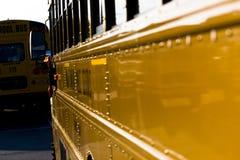 Geparkeerde schoolbussen Stock Afbeeldingen