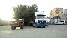 Geparkeerde vrachtwagen en andere ongeveer aan beweging stock video