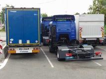 Geparkeerde vrachtwagenvrachtwagens Stock Foto's
