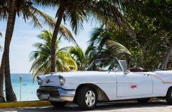 Geparkeerde witte klassieke auto dichtbij het strand in Cuba Havana Stock Afbeelding