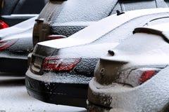Geparkte Autos abgedeckt mit Schnee Lizenzfreie Stockfotos