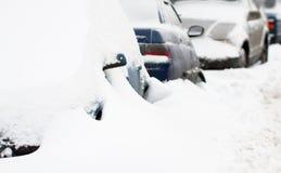 Geparkte Autos im Winter Lizenzfreie Stockfotografie
