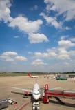 Geparkte Flugzeuge geparkt Stockbild