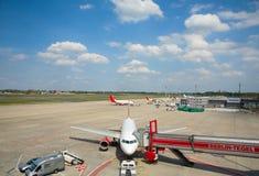 Geparkte Flugzeuge parkten Stockfoto