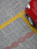 Geparktes rotes Auto Lizenzfreies Stockfoto