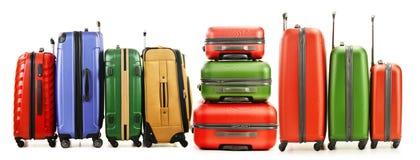 Gepäck, das aus großen Koffern auf Weiß besteht Stockfotografie