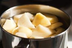 Gepeld en gehakt potatoe stock foto