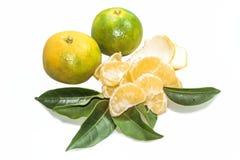 Gepeld en gepelde mandarijnen Verfraaid met bladeren stock foto