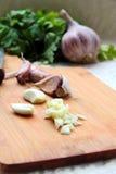 Gepeld en gesneden knoflook, Royalty-vrije Stock Fotografie