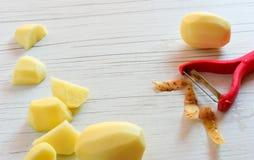 Gepelde aardappels met hulpmiddel aan schil royalty-vrije stock fotografie