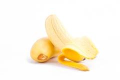 gepelde eibanaan en rijpe Gouden bananen op wit geïsoleerd fruitvoedsel het achtergrond gezond van Pisang Mas Banana Stock Afbeeldingen