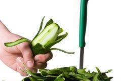 Gepelde komkommer en stapel van schil Stock Foto
